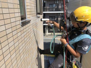 外壁タイルの漏水調査をロープで登りながら