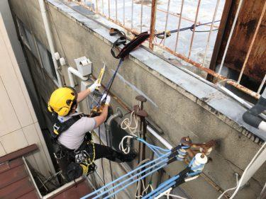 豊中市でロープによる雨漏りシーリング作業